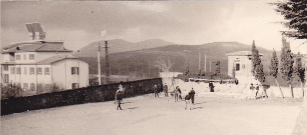 Partita di calcetto nel campetto di Monteripido (1965)